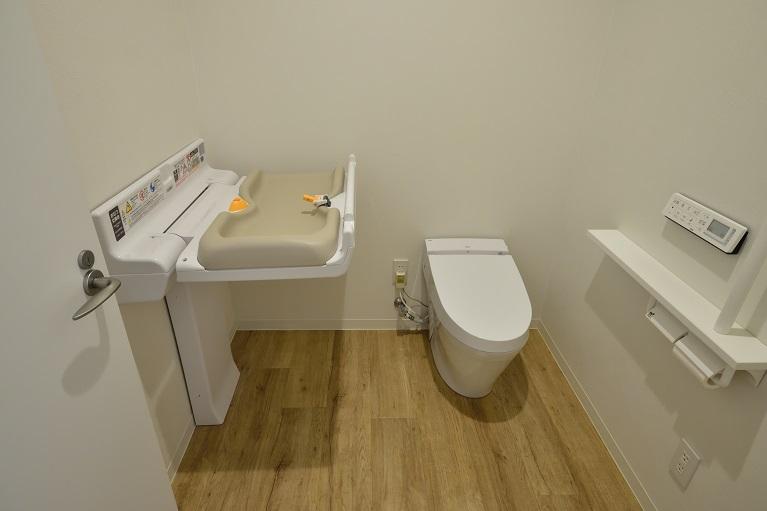 おむつ交換台付きトイレ